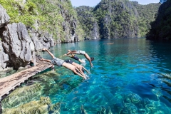 1295b1ba-9e32-4ab6-9d28-bbb3cb0bb13a-Philippines-Palawan-El-Nido-family-children-diving-into-lagoon-SS_large